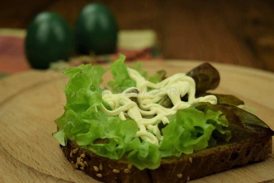 Приготовление сэндвича с зерновым хлебом, курицей, яйцом, салатом и майонезом шаг 5
