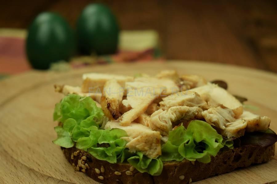 Приготовление сэндвича с зерновым хлебом, курицей, яйцом, салатом и майонезом шаг 6