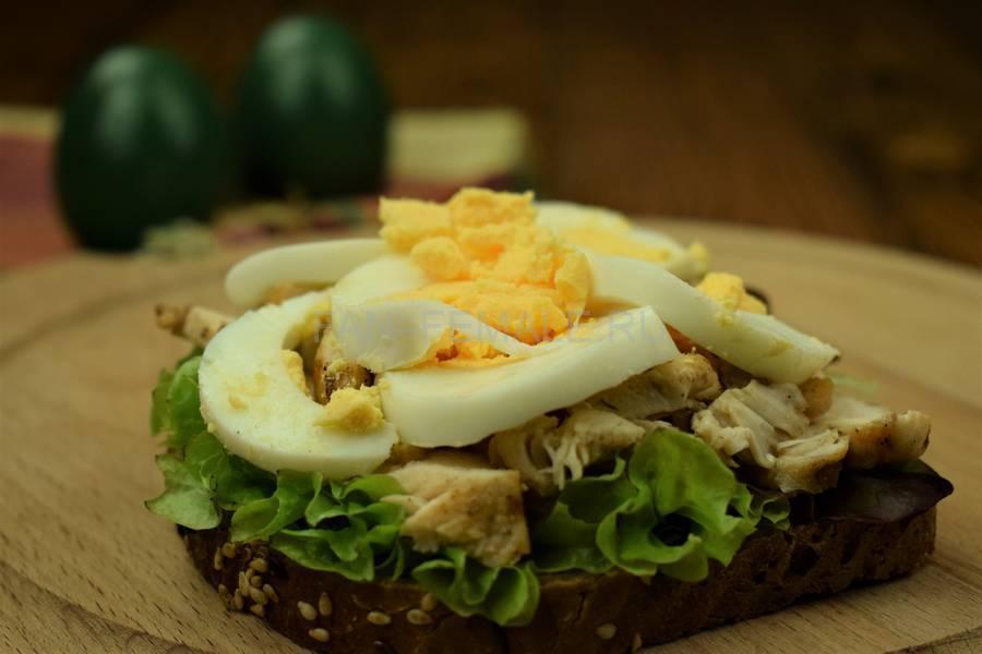 Приготовление сэндвича с зерновым хлебом, курицей, яйцом, салатом и майонезом шаг 7