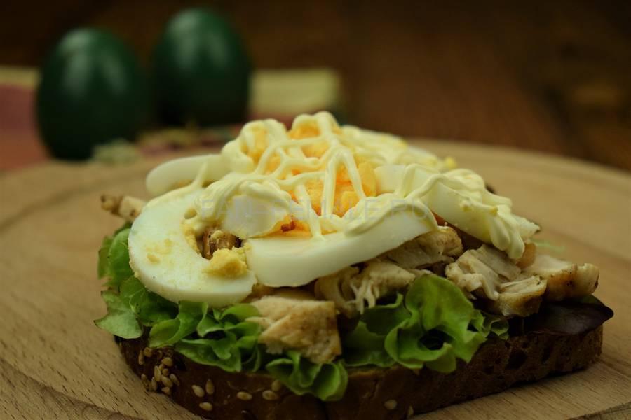 Приготовление сэндвича с зерновым хлебом, курицей, яйцом, салатом и майонезом шаг 8