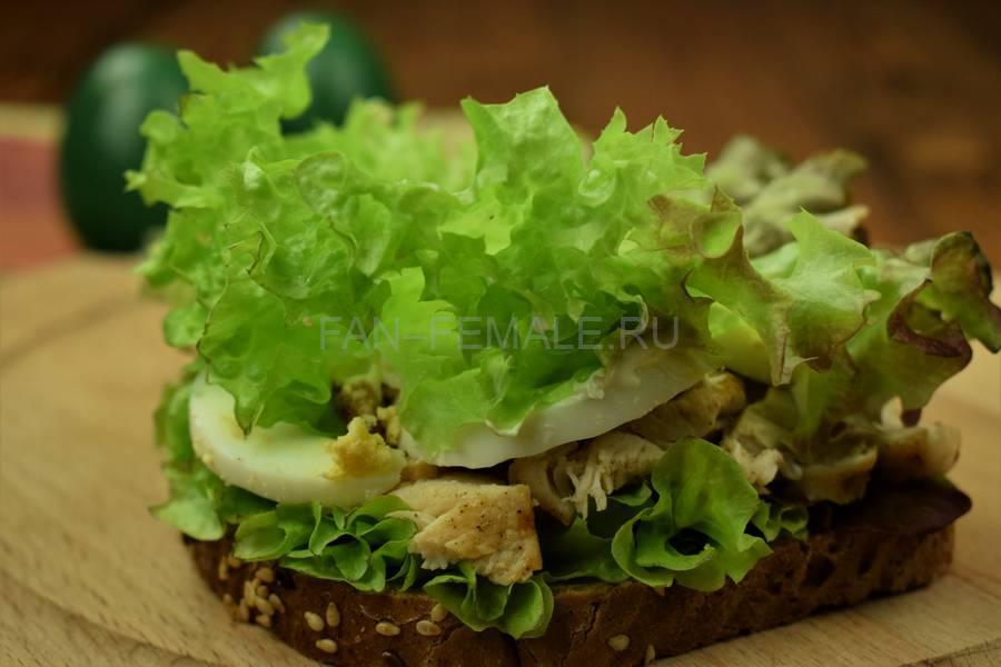 Приготовление сэндвича с зерновым хлебом, курицей, яйцом, салатом и майонезом шаг 9