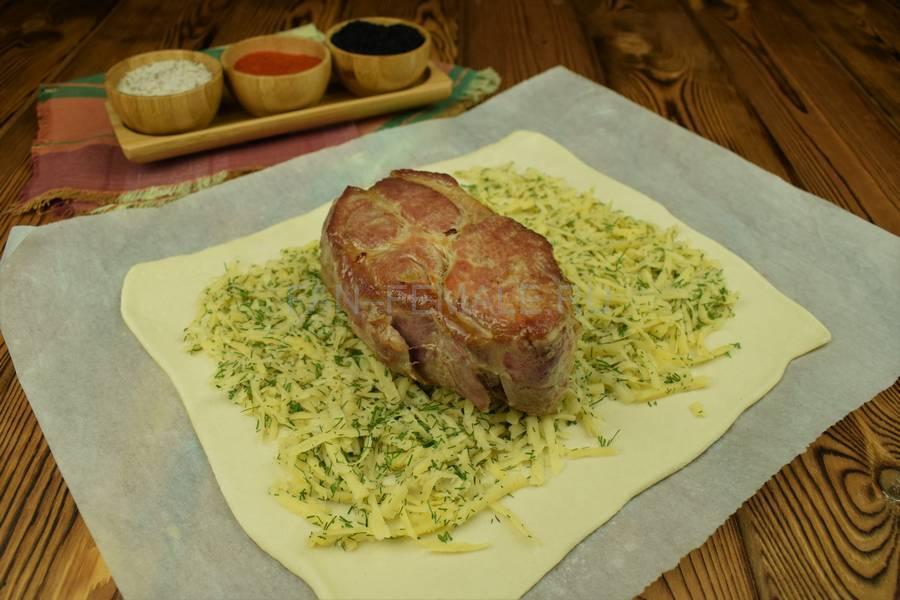 Приготовление свинины, запеченной с сыром в слоеном тесте шаг 6