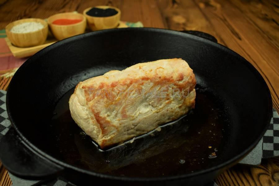 Приготовление свиной корейки с беконом, запеченной в слоеном тесте шаг 1