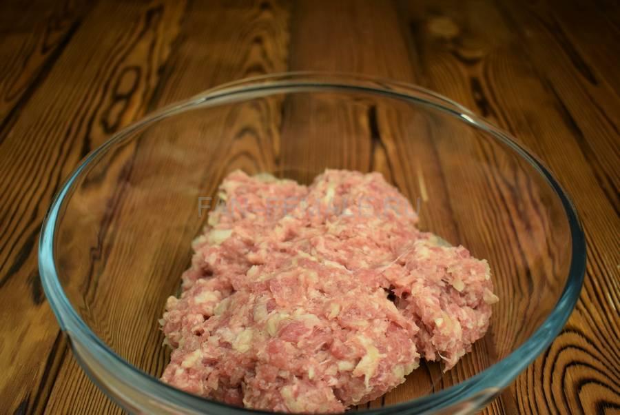 Приготовление свиных котлет с бородинским хлебом в фарше шаг 2