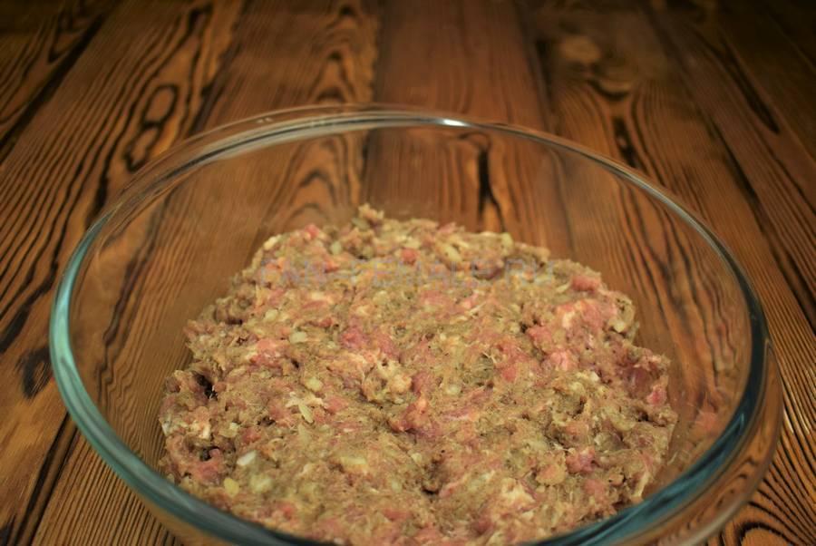 Приготовление свиных котлет с бородинским хлебом в фарше шаг 4