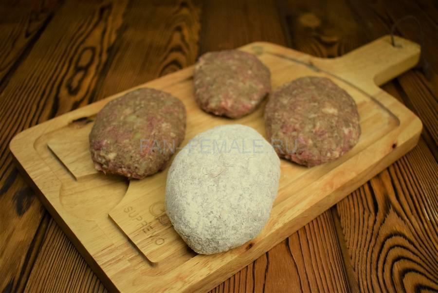 Приготовление свиных котлет с бородинским хлебом в фарше шаг 6