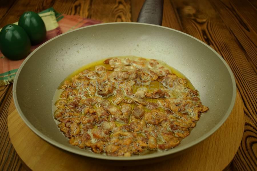 Приготовление яичницы-болтанки с беконом, запеченной в слоеном тесте шаг 2