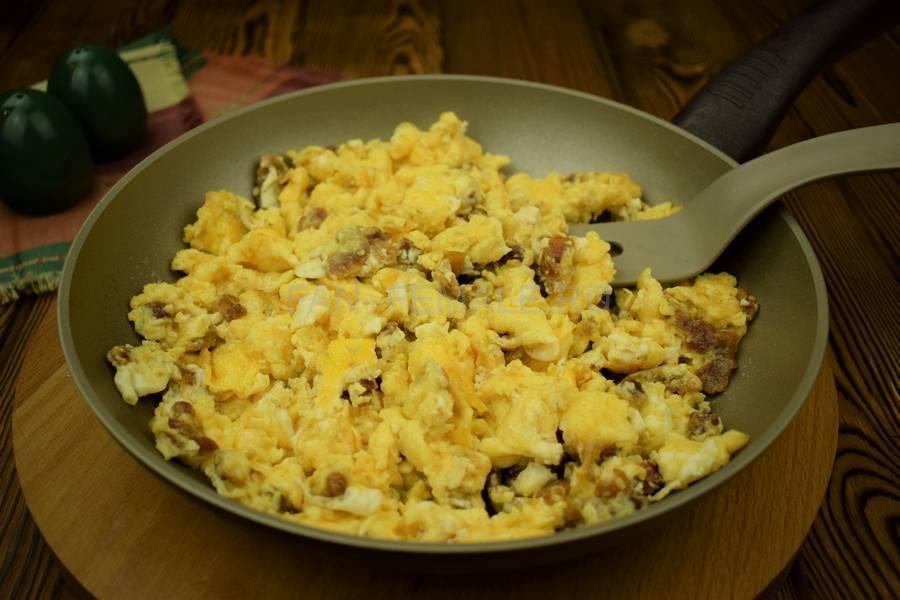 Приготовление яичницы-болтанки с беконом, запеченной в слоеном тесте шаг 3