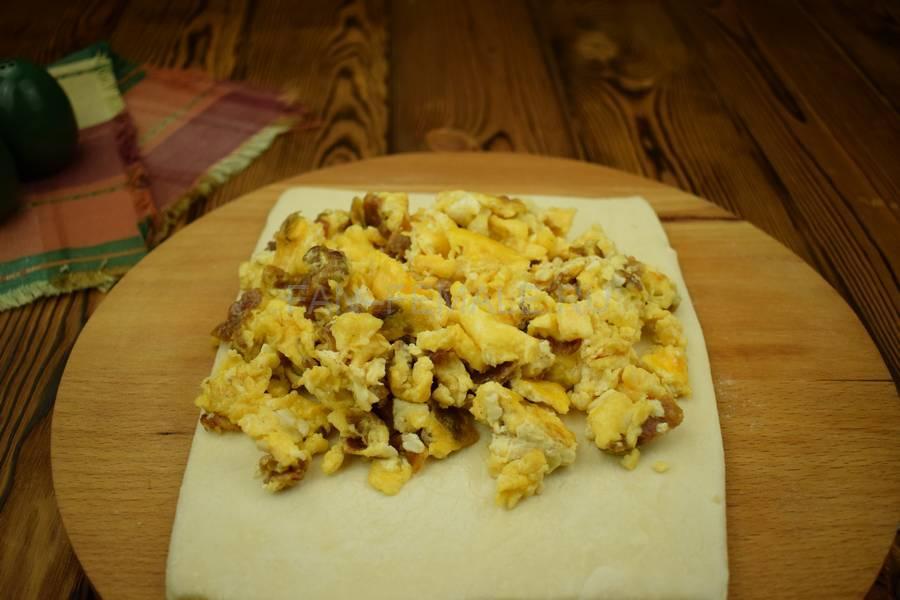 Приготовление яичницы-болтанки с беконом, запеченной в слоеном тесте шаг 4