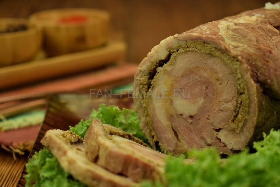 Рулет из свиной шейки с сыром и грецкими орехами