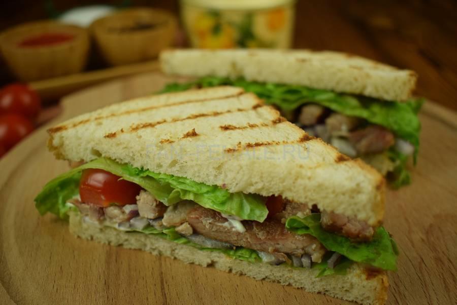 Сэндвич из пшеничного хлеба со свининой, красным луком, черри