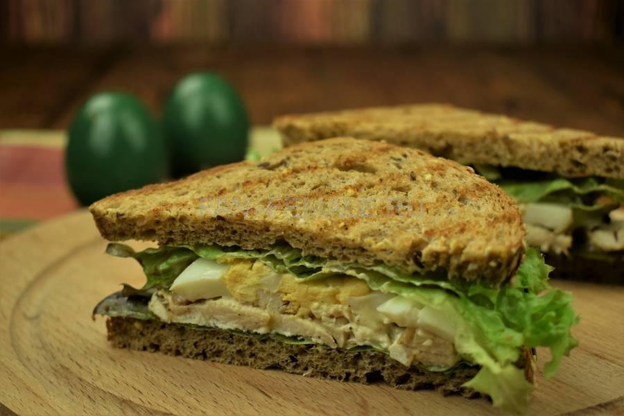 Сэндвич из зернового хлеба с курицей, салатом, яйцом