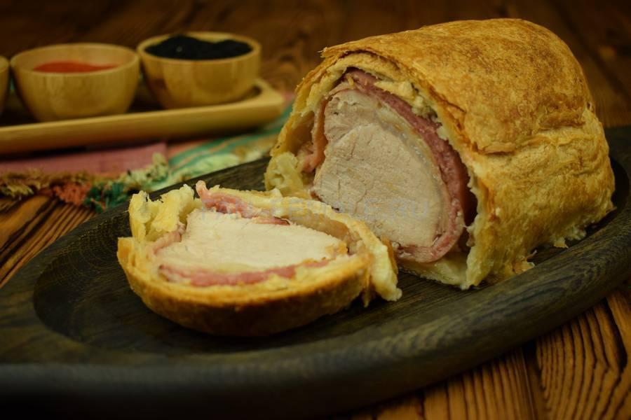 Свинина с беконом, запеченная в слоеном тесте