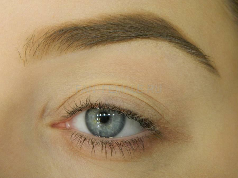 Выполнение базового макияжа с изумрудной стрелкой шаг 1