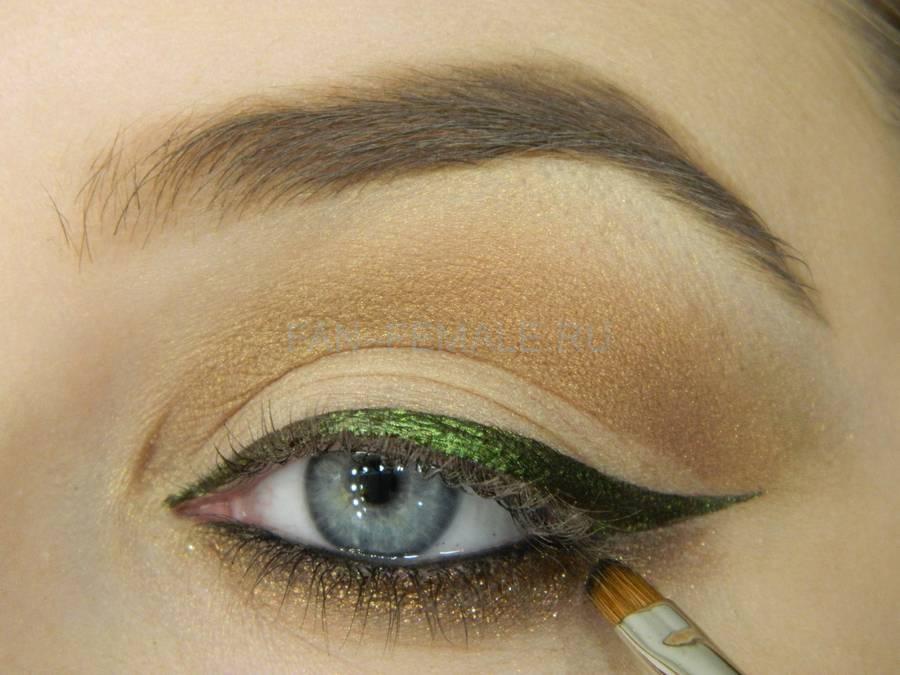 Выполнение базового макияжа с изумрудной стрелкой шаг 11