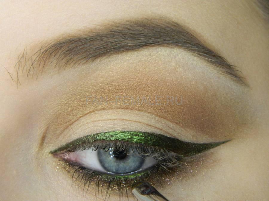 Выполнение базового макияжа с изумрудной стрелкой шаг 12