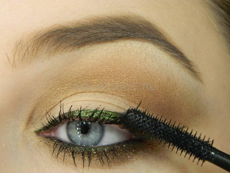 Выполнение базового макияжа с изумрудной стрелкой шаг 13