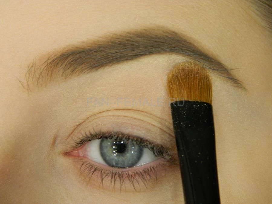 Выполнение базового макияжа с изумрудной стрелкой шаг 2