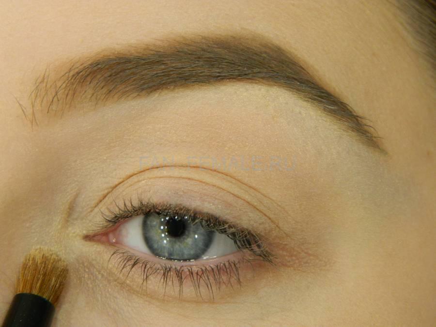 Выполнение базового макияжа с изумрудной стрелкой шаг 3