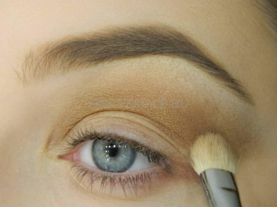 Выполнение базового макияжа с изумрудной стрелкой шаг 4
