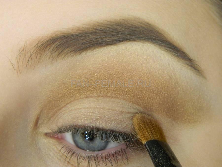Выполнение базового макияжа с изумрудной стрелкой шаг 5