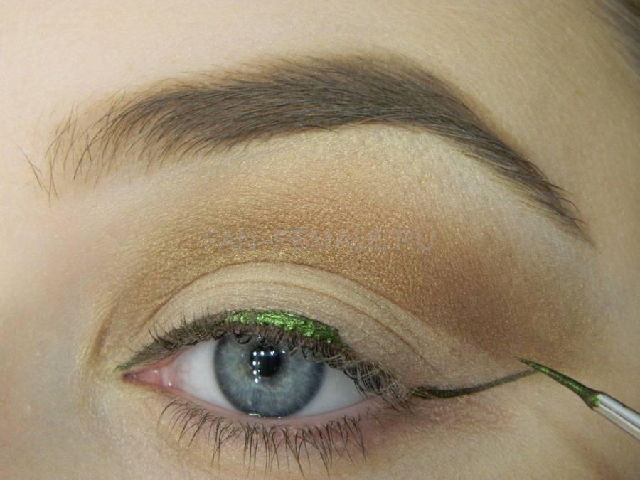 Выполнение базового макияжа с изумрудной стрелкой шаг 7