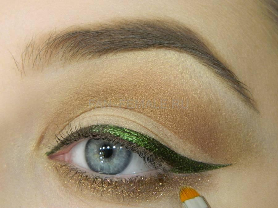 Выполнение базового макияжа с изумрудной стрелкой шаг 9