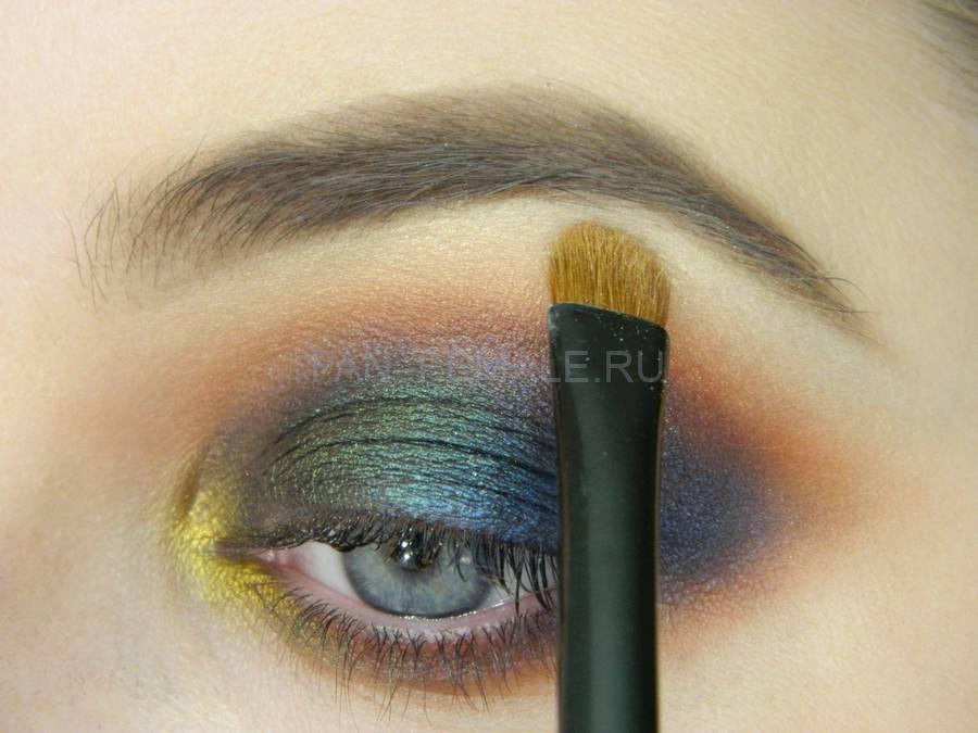 Выполнение универсального вечернего цветного макияжа глаз шаг 10