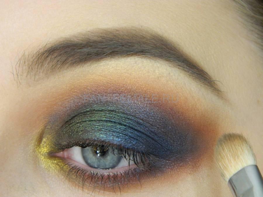 Выполнение универсального вечернего цветного макияжа глаз шаг 11