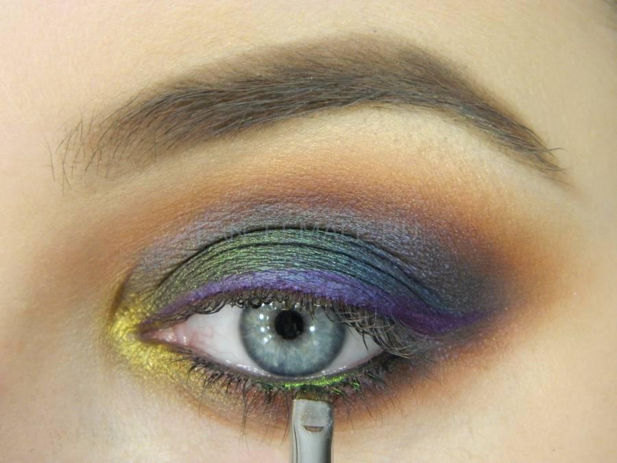 Выполнение универсального вечернего цветного макияжа глаз шаг 14