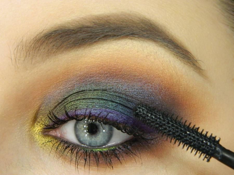 Выполнение универсального вечернего цветного макияжа глаз шаг 15