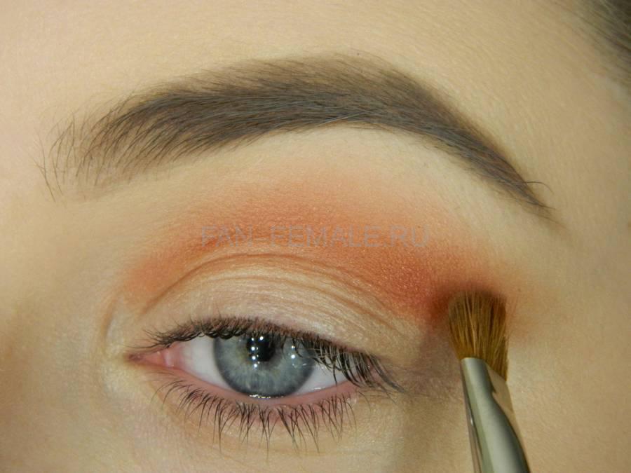Выполнение универсального вечернего цветного макияжа глаз шаг 2