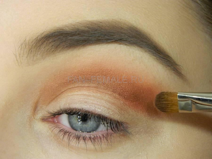 Выполнение универсального вечернего цветного макияжа глаз шаг 3