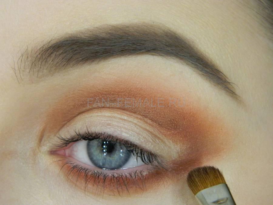 Выполнение универсального вечернего цветного макияжа глаз шаг 4
