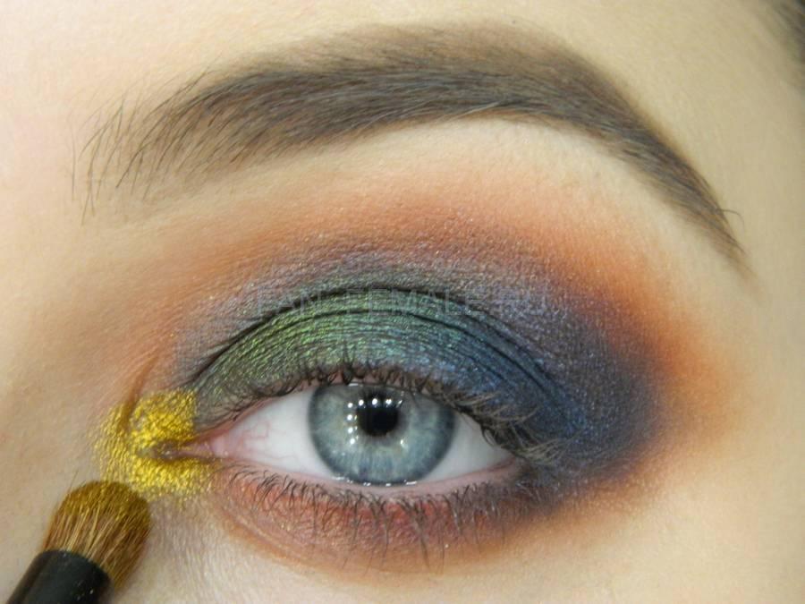 Выполнение универсального вечернего цветного макияжа глаз шаг 8