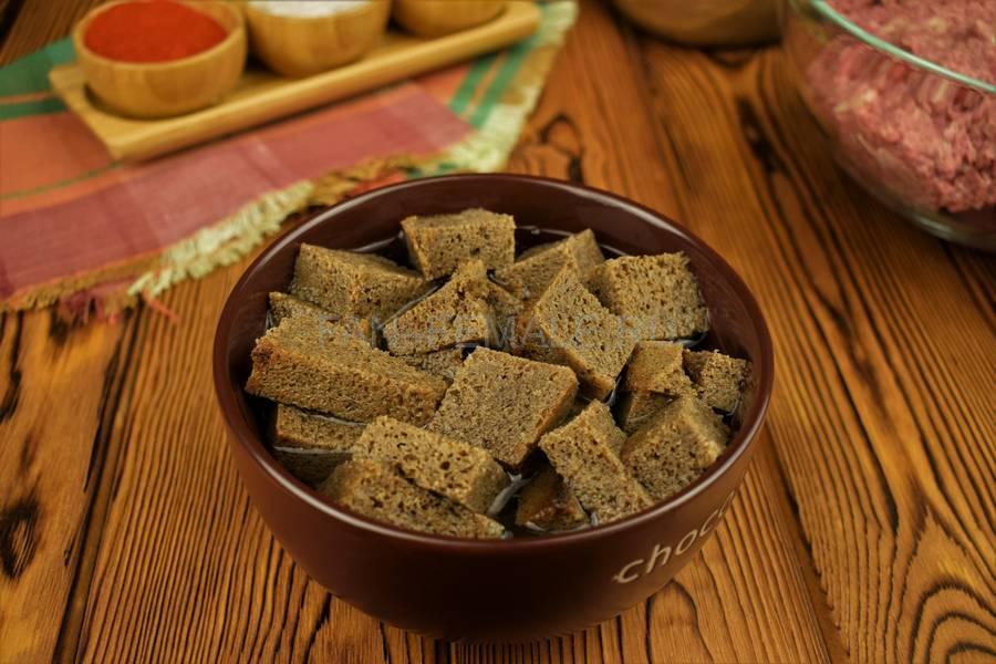 Приготовление говяжьих котлет с бородинским хлебом в фарше шаг 1