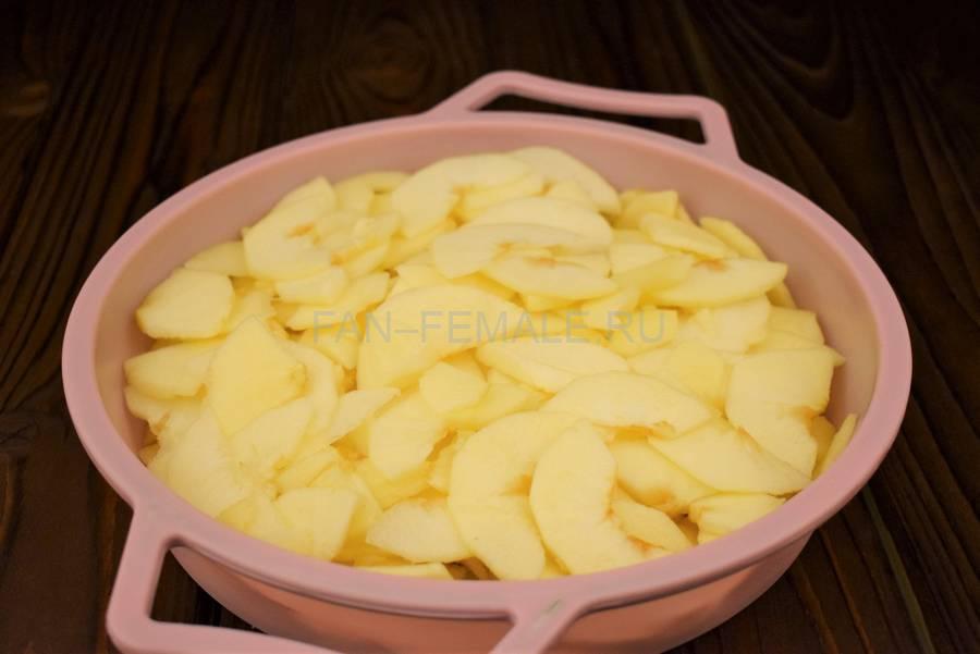 Приготовление наливного яблочного пирога шаг 2