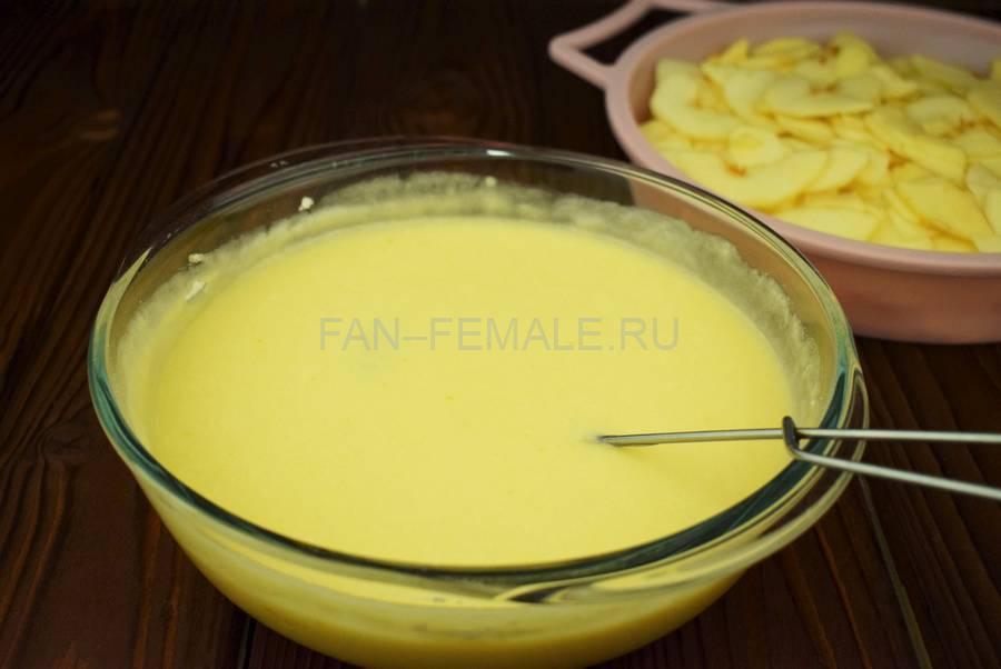 Приготовление наливного яблочного пирога шаг 5