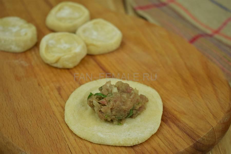 Приготовление пельменей с начинкой из говяжьего и свиного фарша с кинзой шаг 9