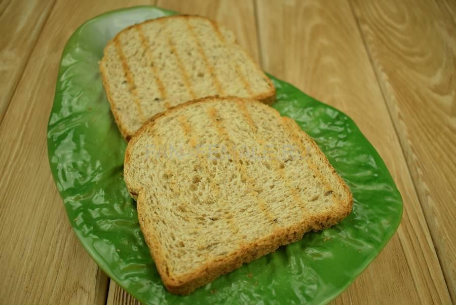 Приготовление сэндвичей из хлеба с отрубями, помидоров черри, моцареллы, салата, майонеза шаг 1