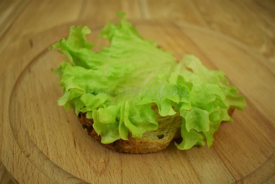 Приготовление сэндвичей из хлеба с отрубями, помидоров черри, моцареллы, салата, майонеза шаг 2