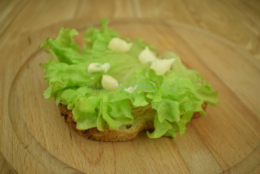 Приготовление сэндвичей из хлеба с отрубями, помидоров черри, моцареллы, салата, майонеза шаг 3