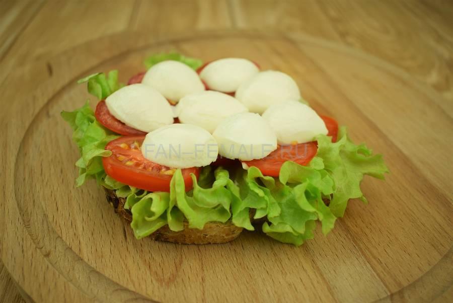 Приготовление сэндвичей из хлеба с отрубями, помидоров черри, моцареллы, салата, майонеза шаг 5