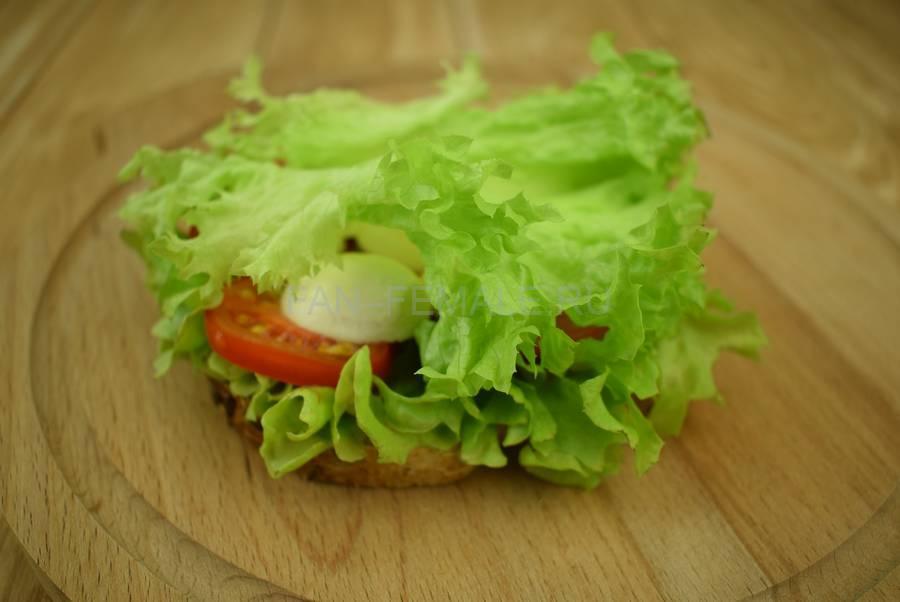 Приготовление сэндвичей из хлеба с отрубями, помидоров черри, моцареллы, салата, майонеза шаг 6