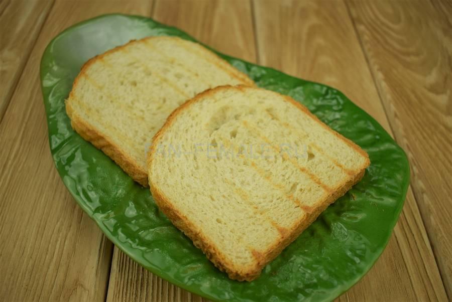 Приготовление сэндвичей из пшеничного хлеба, свинины, моцареллы, красного лука, маскарпоне, салата шаг 2