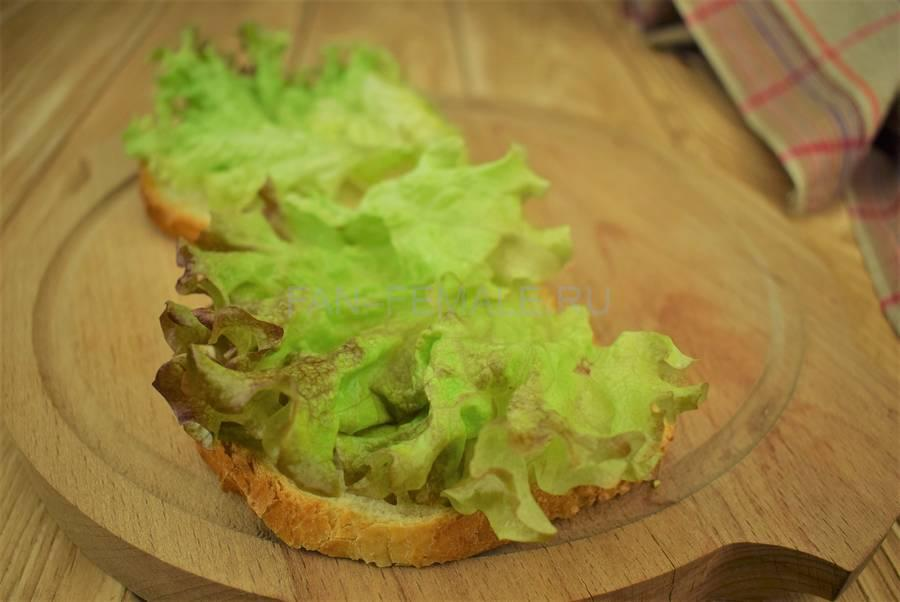 Приготовление сэндвичей из пшеничного хлеба, свинины, моцареллы, красного лука, маскарпоне, салата шаг 3