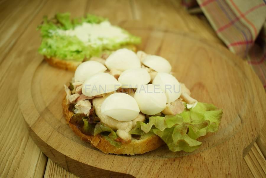 Приготовление сэндвичей из пшеничного хлеба, свинины, моцареллы, красного лука, маскарпоне, салата шаг 6