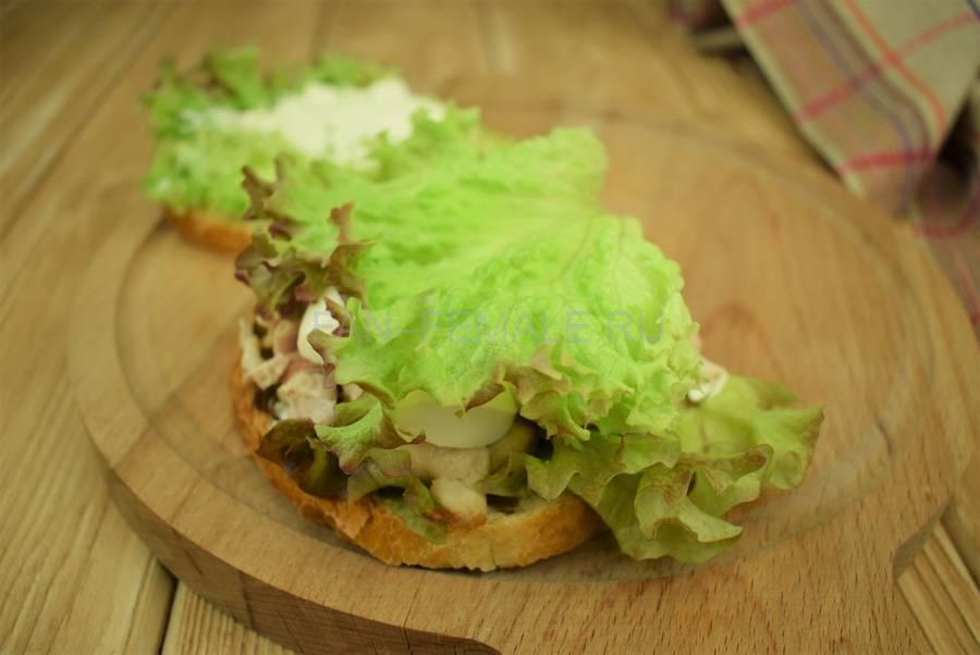 Приготовление сэндвичей из пшеничного хлеба, свинины, моцареллы, красного лука, маскарпоне, салата шаг 7