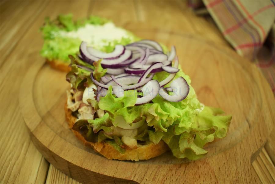 Приготовление сэндвичей из пшеничного хлеба, свинины, моцареллы, красного лука, маскарпоне, салата шаг 8
