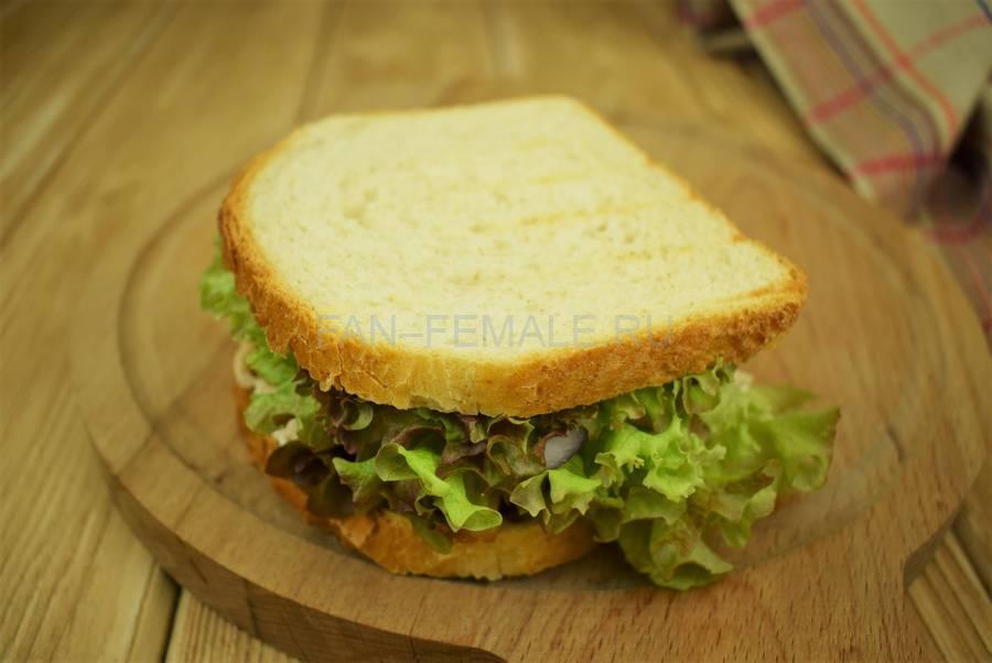 Приготовление сэндвичей из пшеничного хлеба, свинины, моцареллы, красного лука, маскарпоне, салата шаг 9